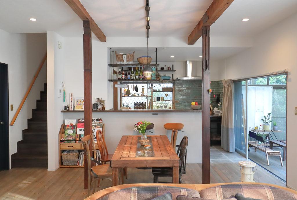 柱と梁を露出した古民家風のカフェキッチン