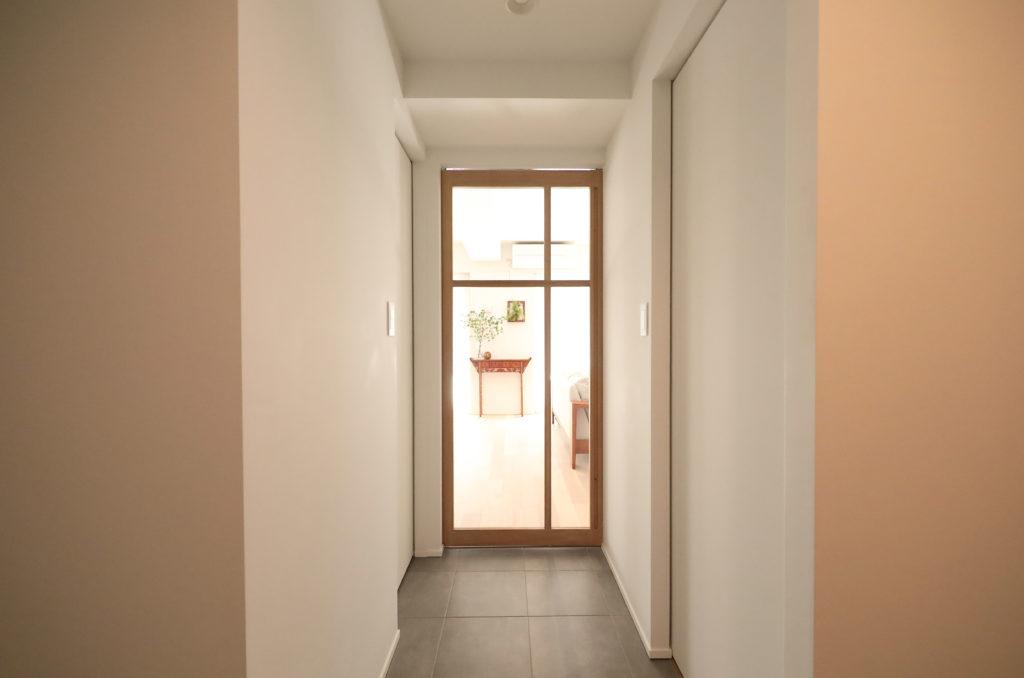 明るい廊下の明かり窓付きドア