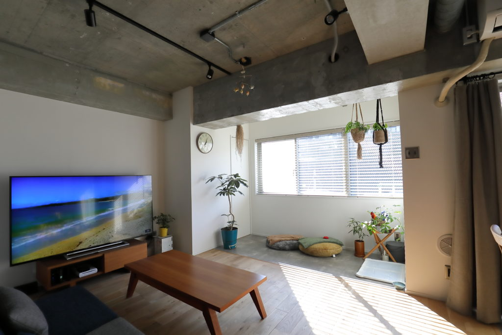 コンクリート天井の無機質なリビング
