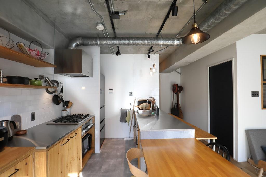 広いワークトップの二列型キッチン