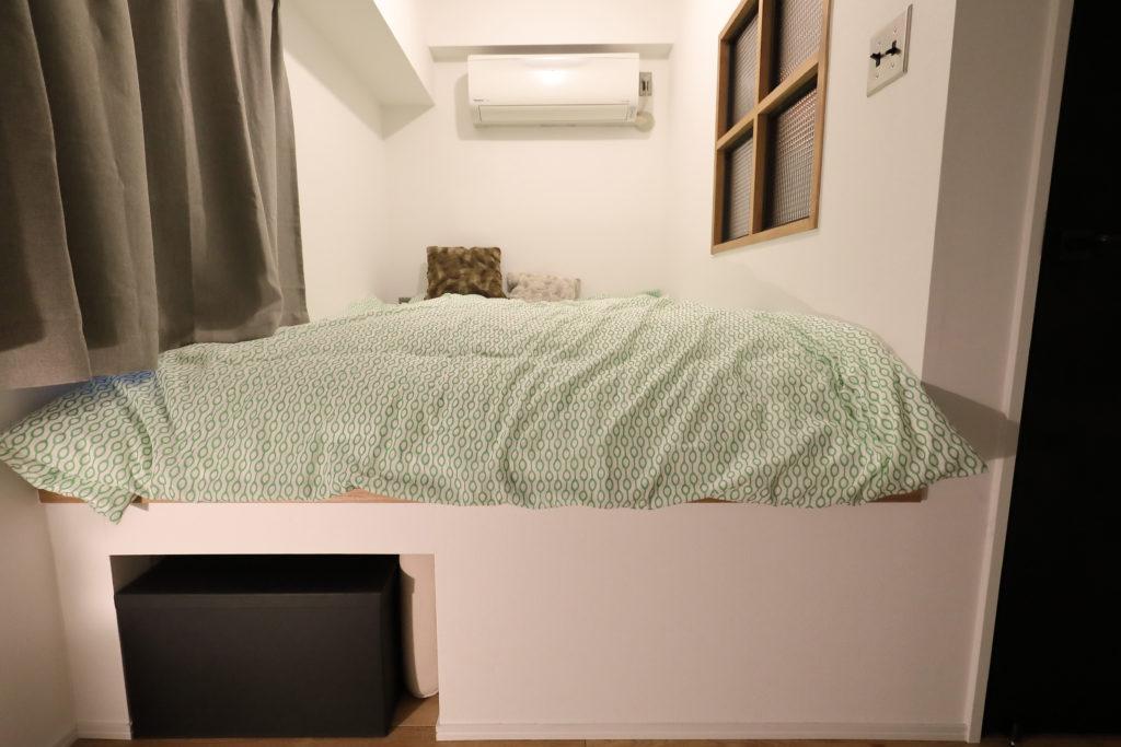 床下に収納スペースのある寝室