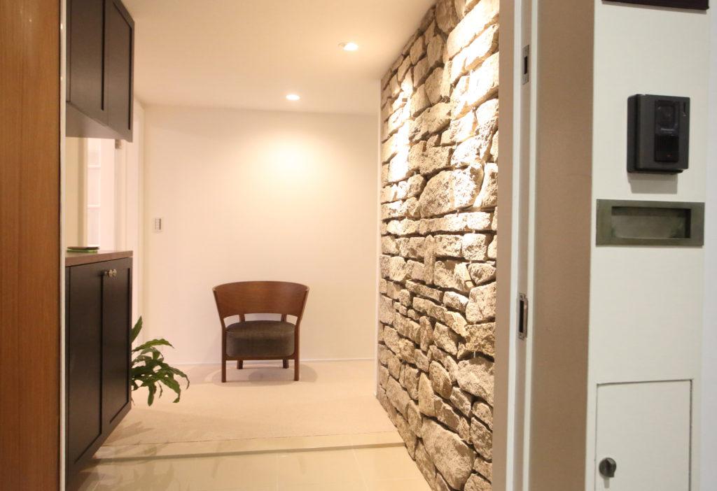 石材アクセントが上品なマンションの玄関