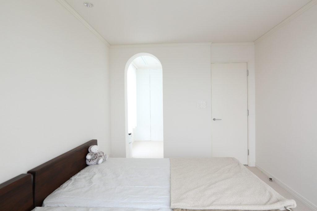 ホワイトに統一したシンプルな寝室