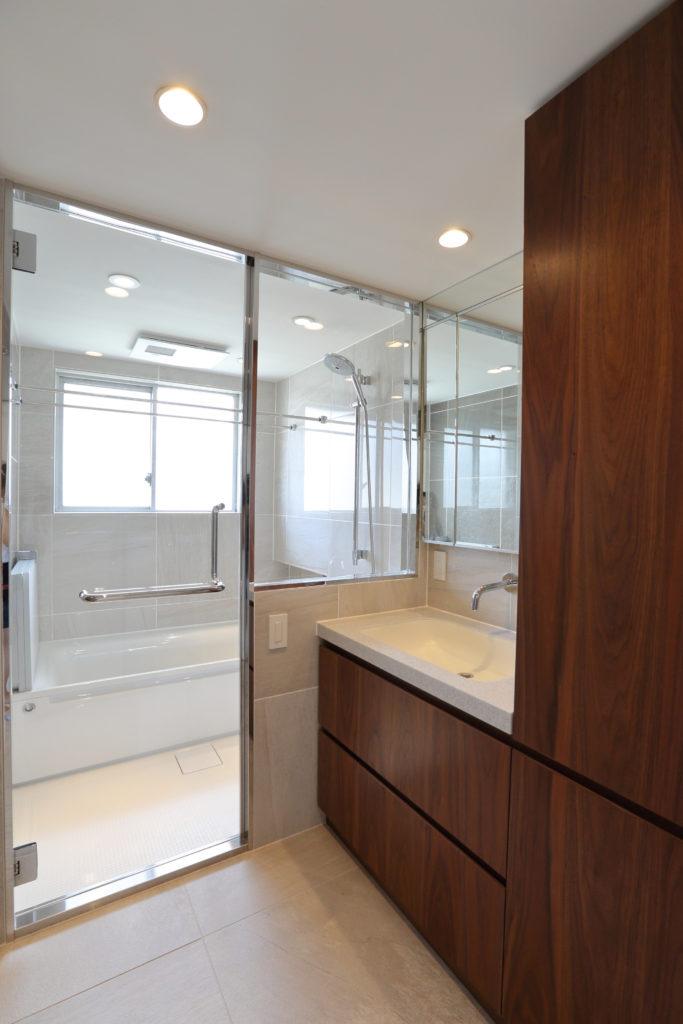浴室の自然光が入るガラス張りの脱衣室