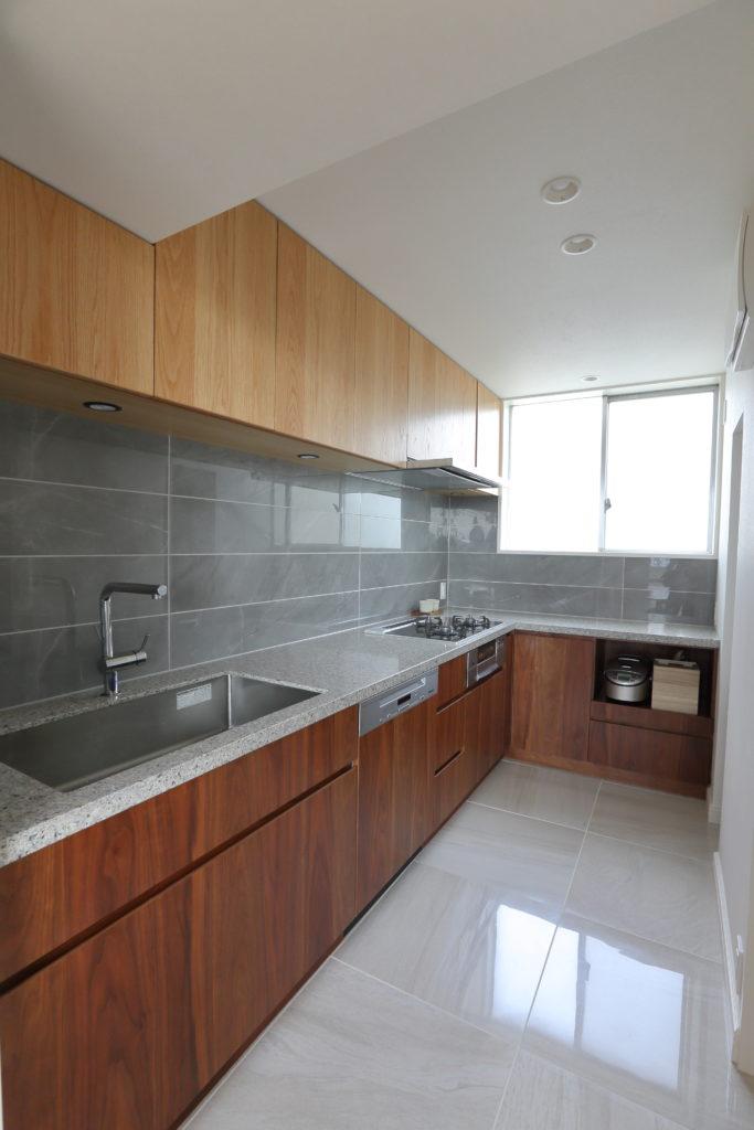 L型レイアウトの独立キッチン