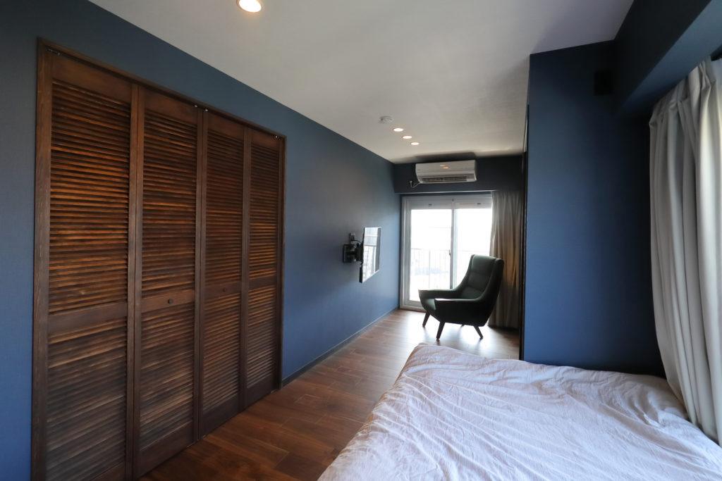 大きなクローゼットのある寝室