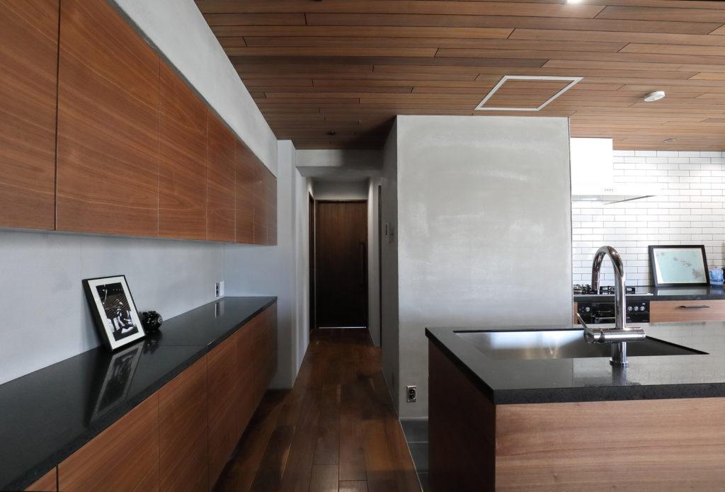 収納とキッチンの人工大理石カウンターをそろえたデザイン