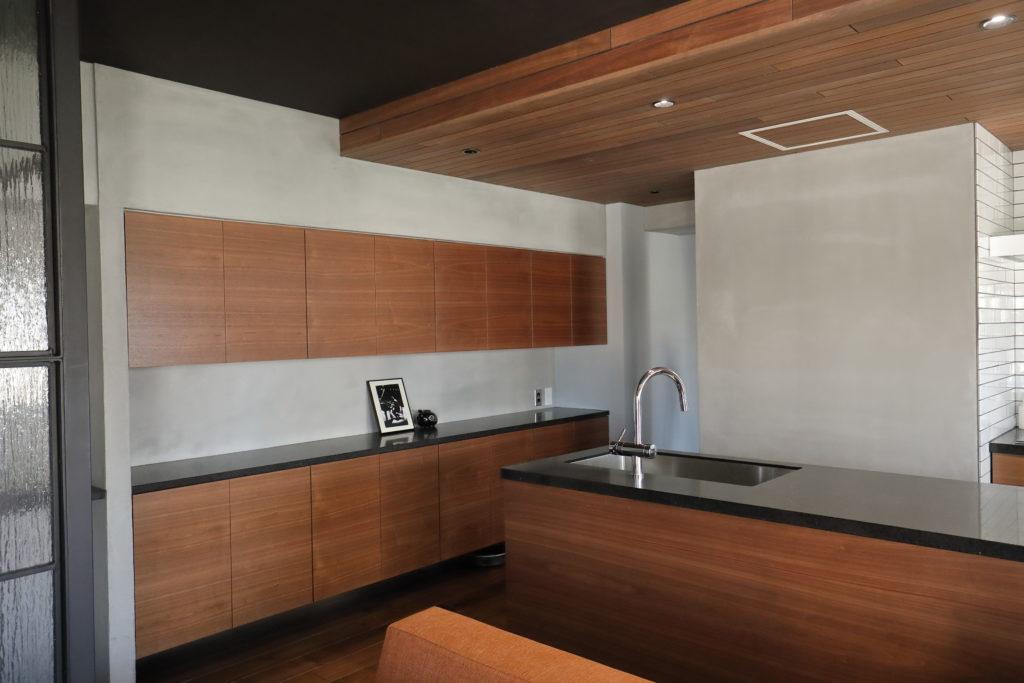 木目を統一したキッチン内装