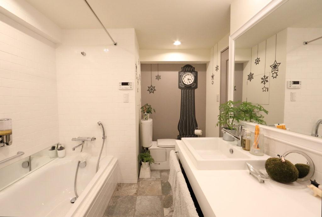 インパクトのあるトイレのアクセントクロス