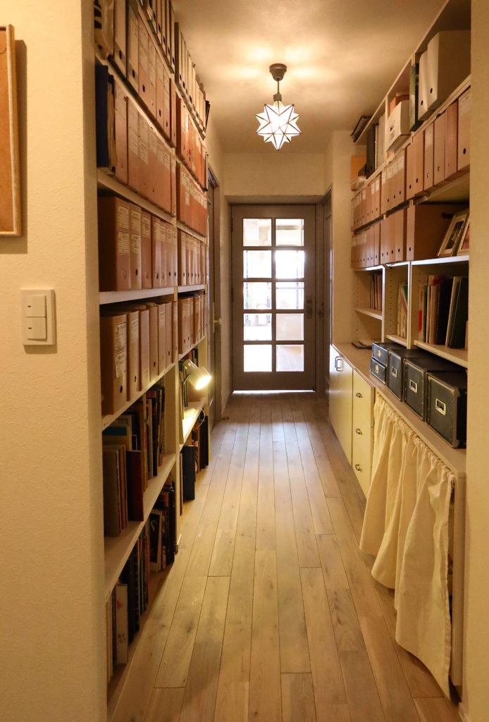 リビングからの光が入る廊下の採光ドア