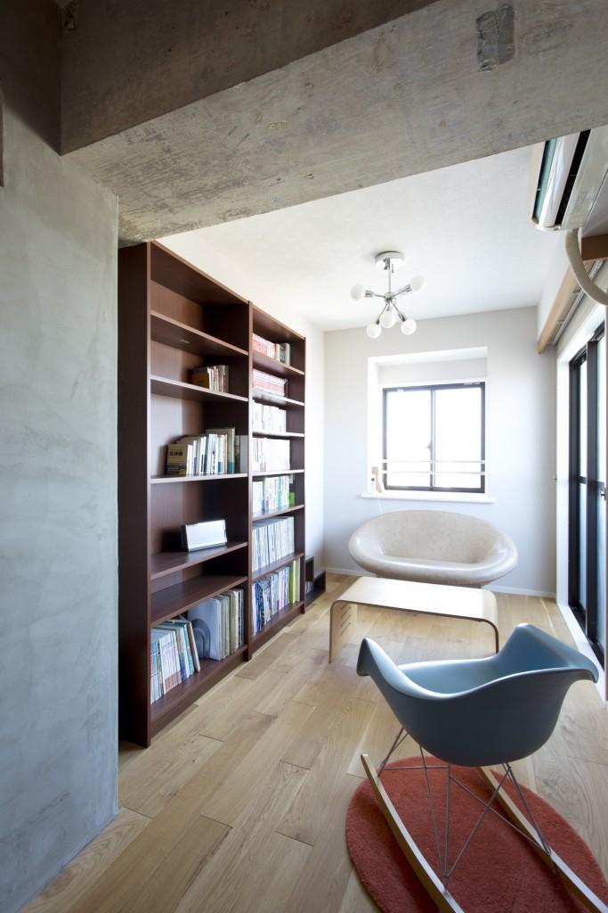 壁にしっかり固定された造作本棚