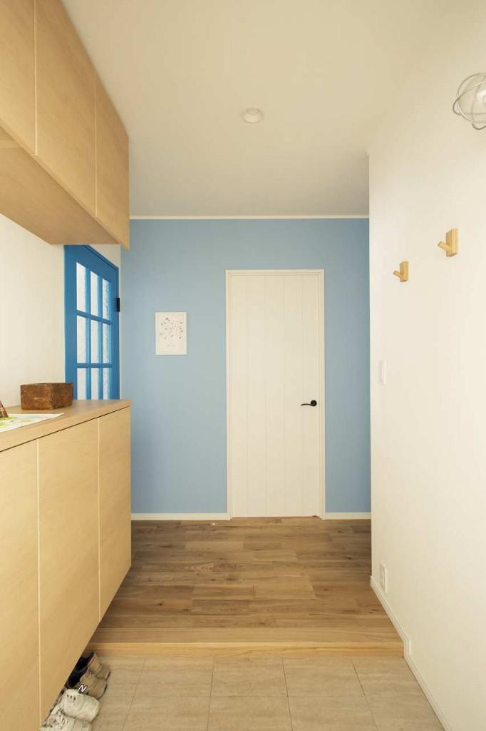 玄関正面のパステルブルーのアクセントクロス