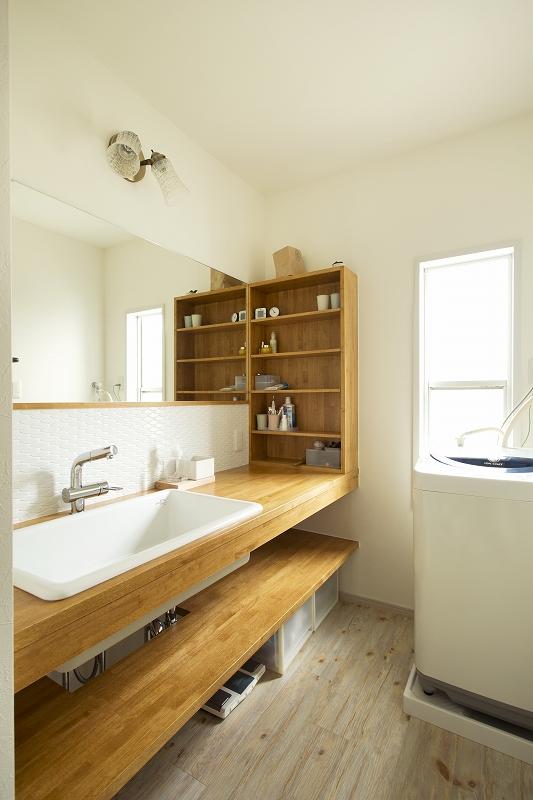 幅広のウッド洗面カウンター