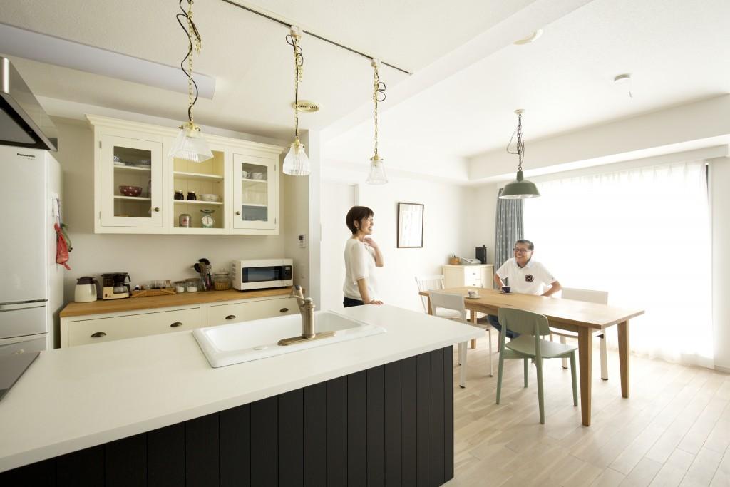 モノトーンのおしゃれな対面キッチン
