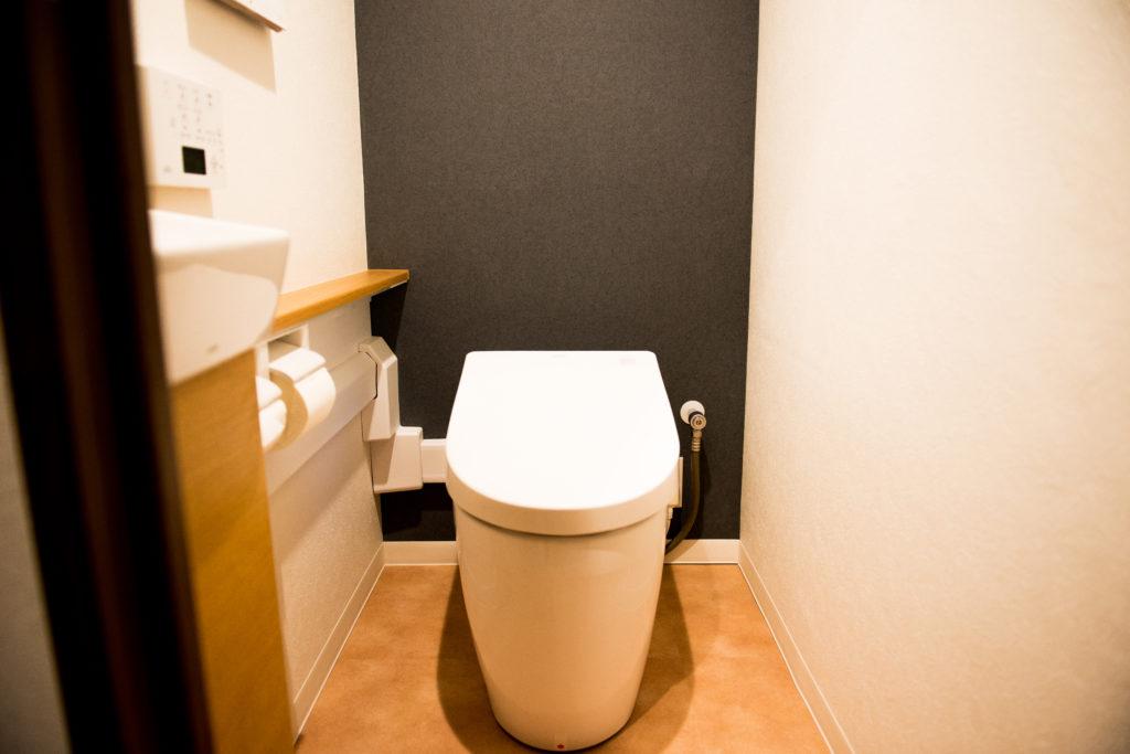 トイレ正面のブラックアクセントクロス