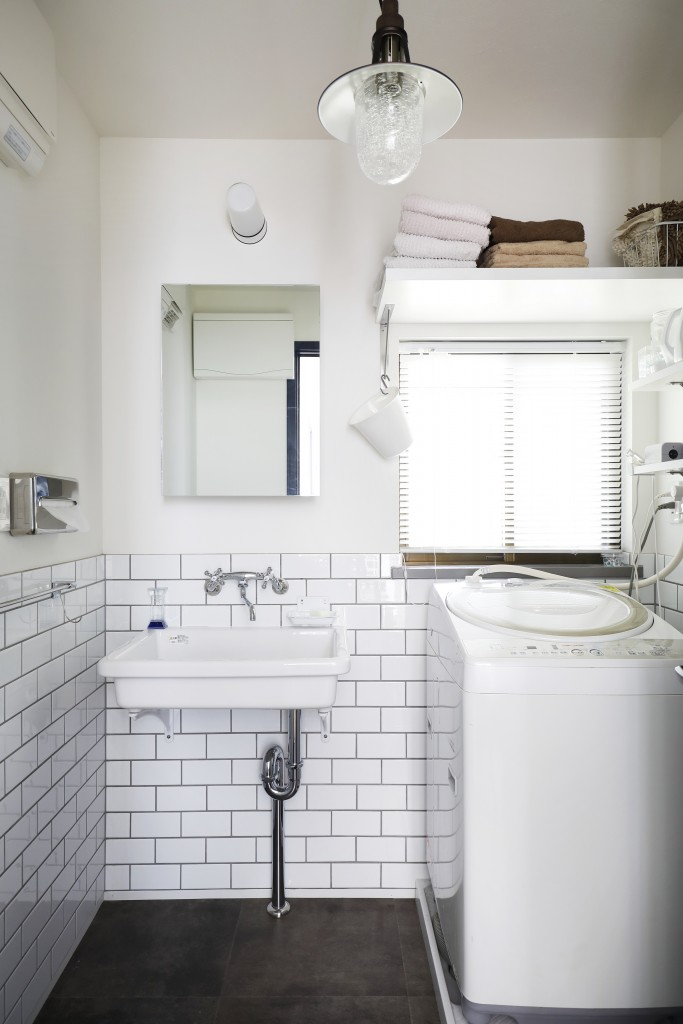 腰壁のタイルがレトロな雰囲気の洗面所