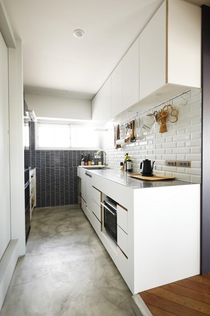 玄関から直通で土足のまま使う土間キッチン