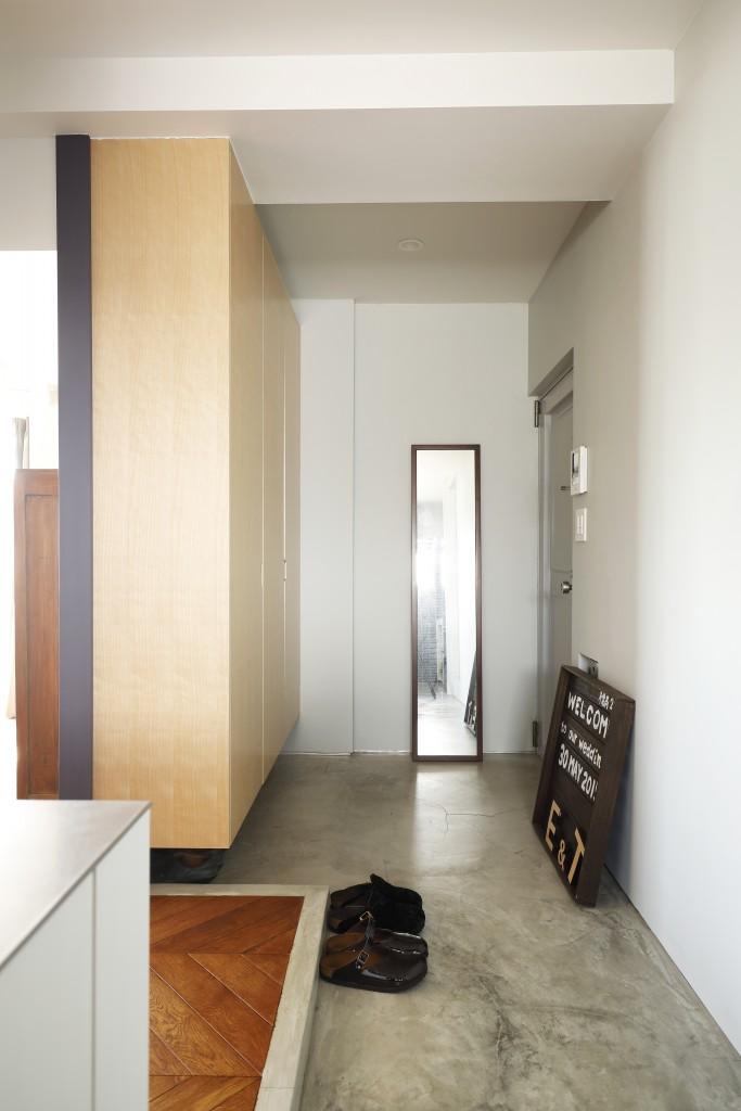 コンクリート土間仕上げの玄関