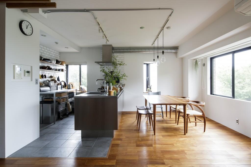 タイル床のオープンキッチン