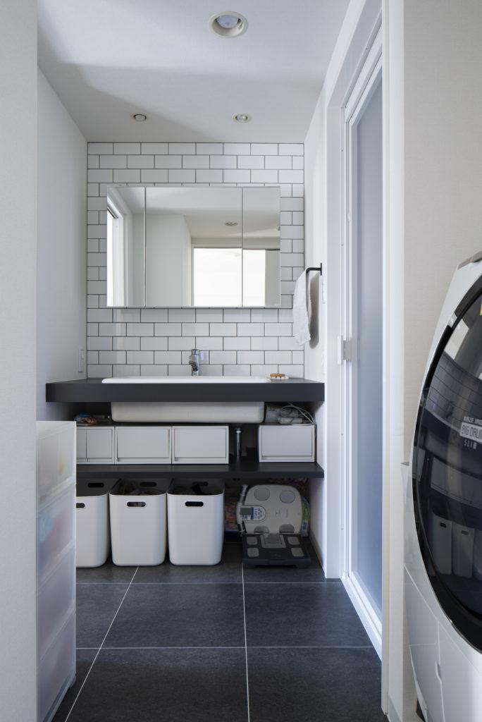 収納たっぷりの洗面カウンター