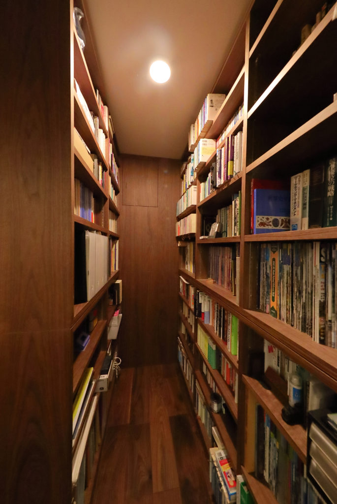 向かい合った造作本棚