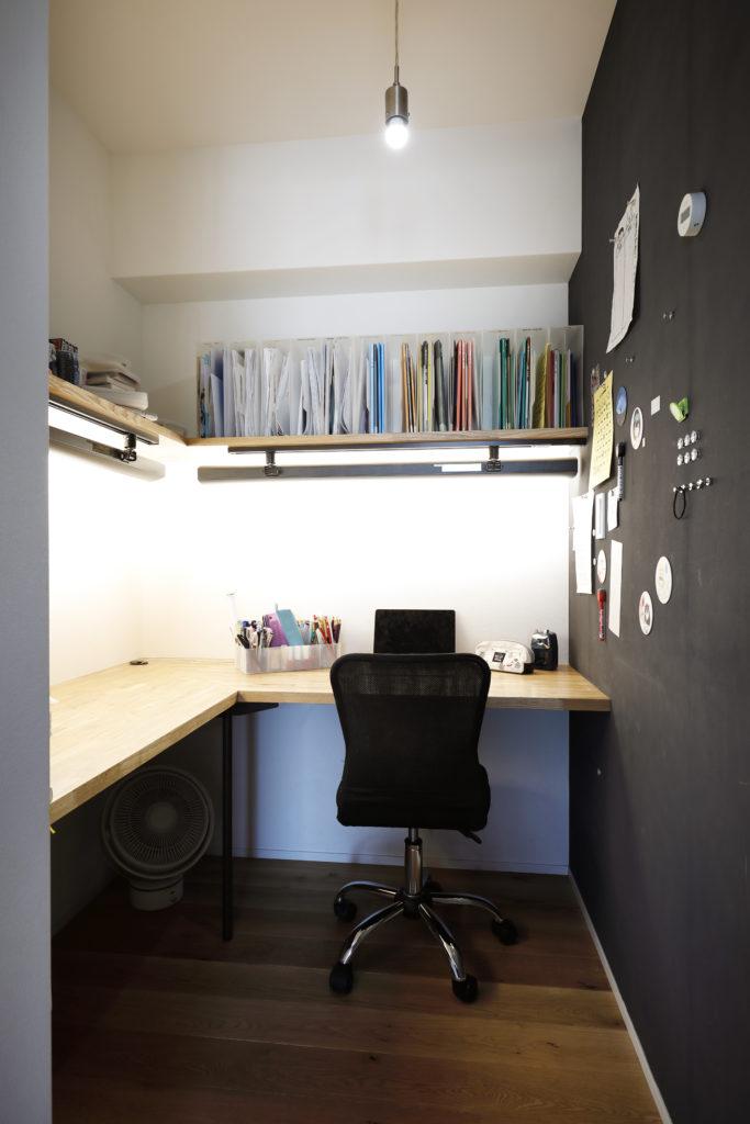 造作カウンターと棚でつくられたワークスペース