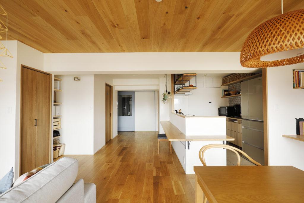 広いカウンターがあるカフェ風キッチン