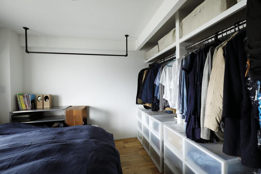 寝室の広いオープンクローゼット