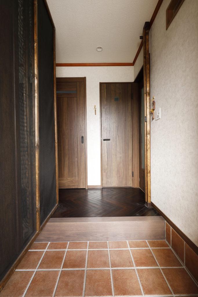 玄関のタイル床