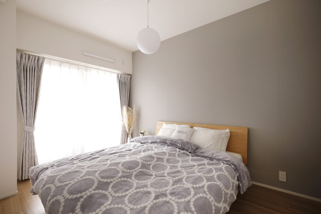 アクセントクロスと寝室のベッドカバーをトータルコーディネート