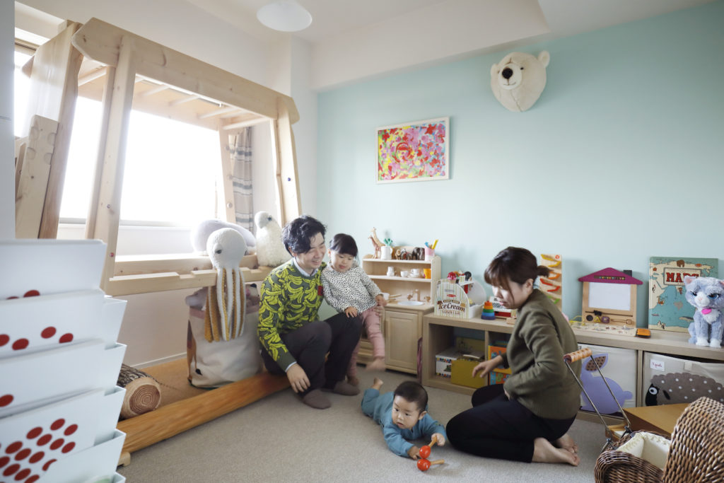 子供部屋でくつろぐ家族