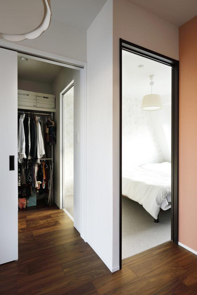 寝室と廊下につながっているウォークスルータイプのクローゼット