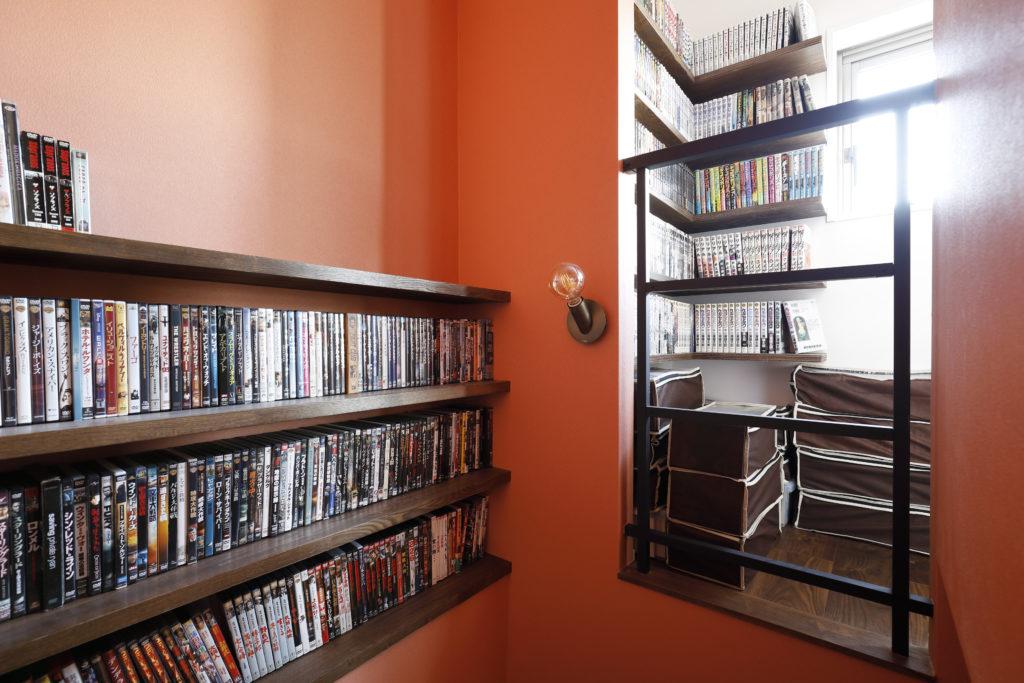 階段のデッドスペースを活用した本棚