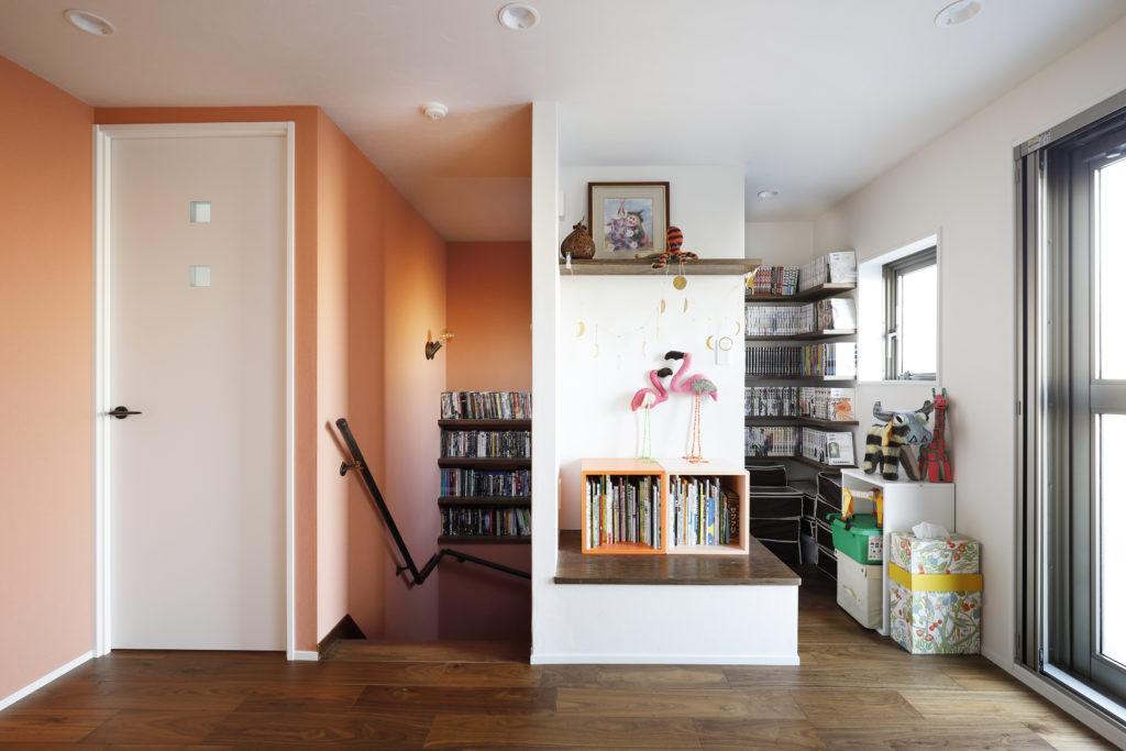階段ホールの造作本棚スペース