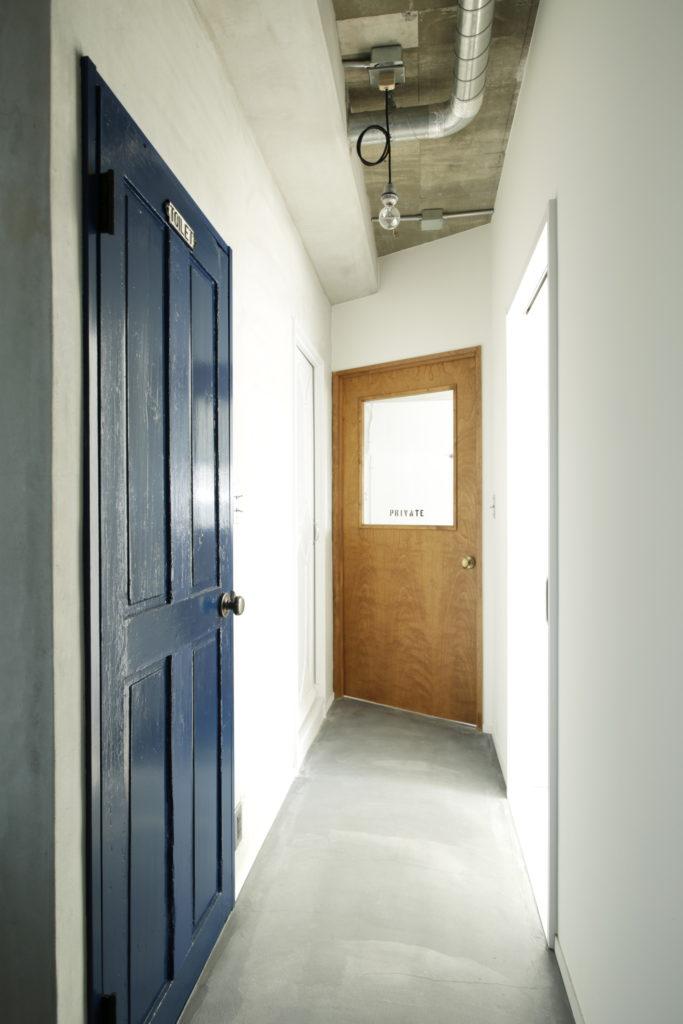 インダストリアルテイストのラフな仕上げのドア