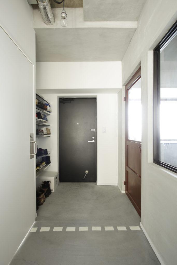コンクリート土間のおしゃれで広い玄関