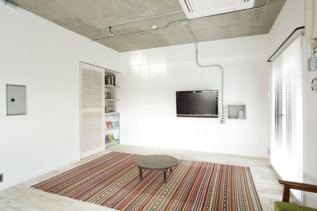 ホワイトとコンクリートの無機質なお部屋
