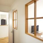 廊下の採光に配慮した室内窓