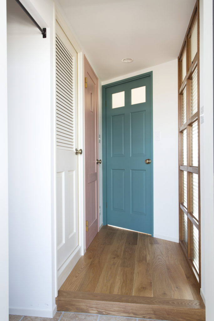おしゃれな室内ドアが並ぶ廊下