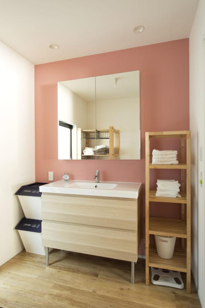 ピンクのアクセントが可愛い洗面所