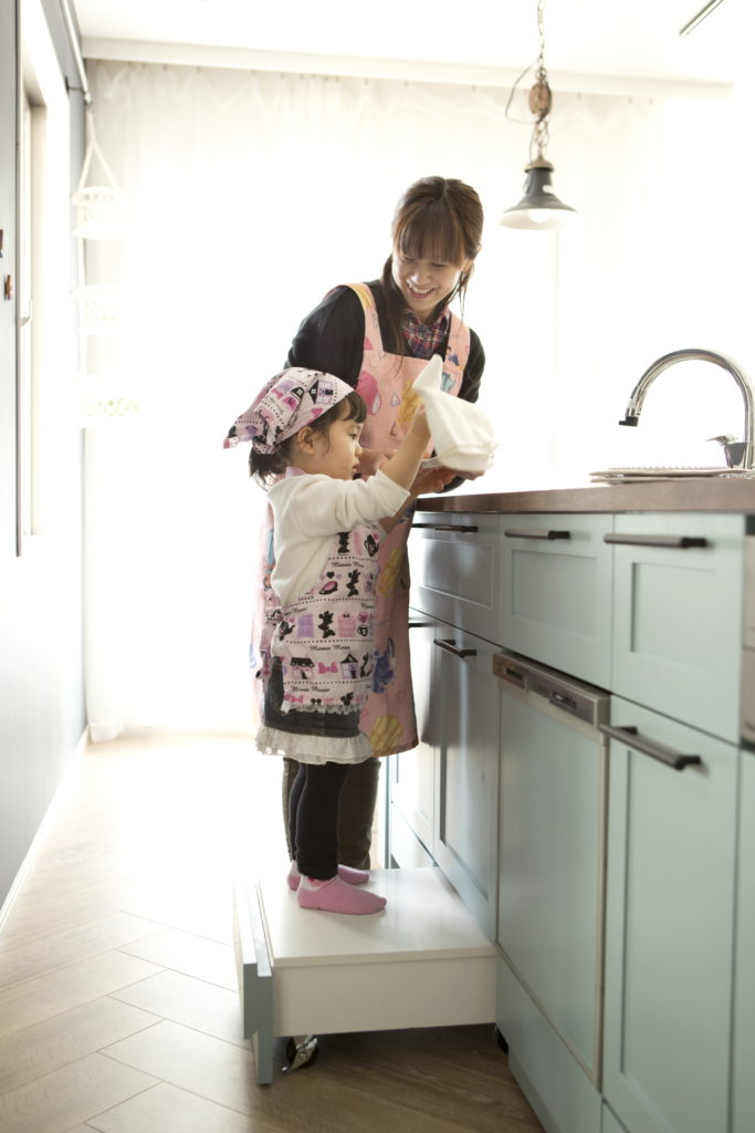 造作キッチンのお子さん用踏み台