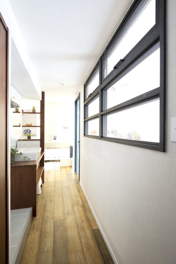 室内窓のある廊下