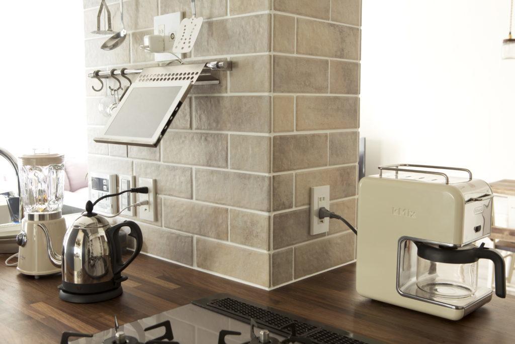 コンセントや収納で便利な小壁