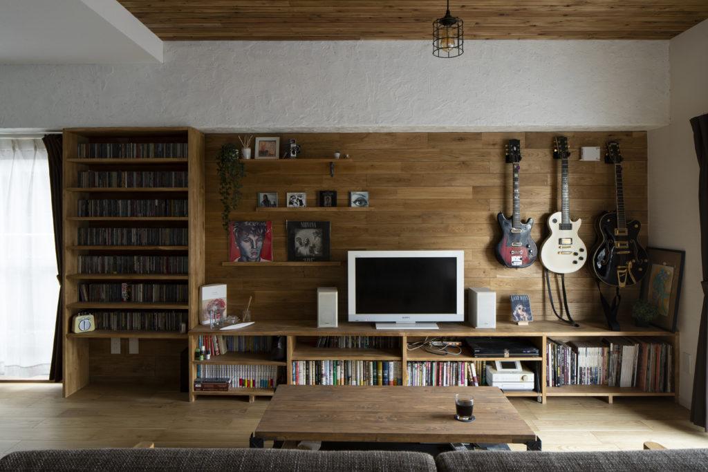 見た目にも美しい木目のTVボードと壁面収納