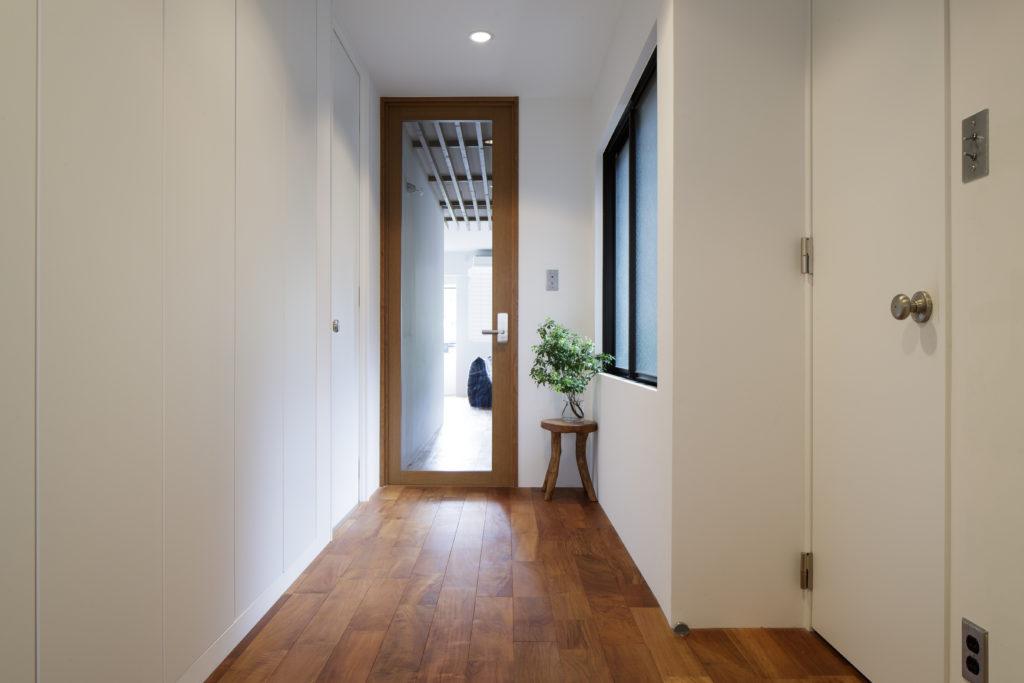 玄関から見た広い廊下スペース
