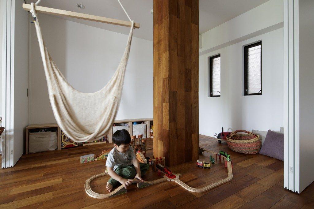 可動式間仕切りのある子どもの遊び場