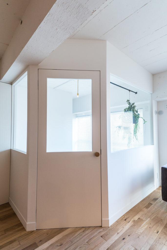 ドア枠のないシンプルな内装