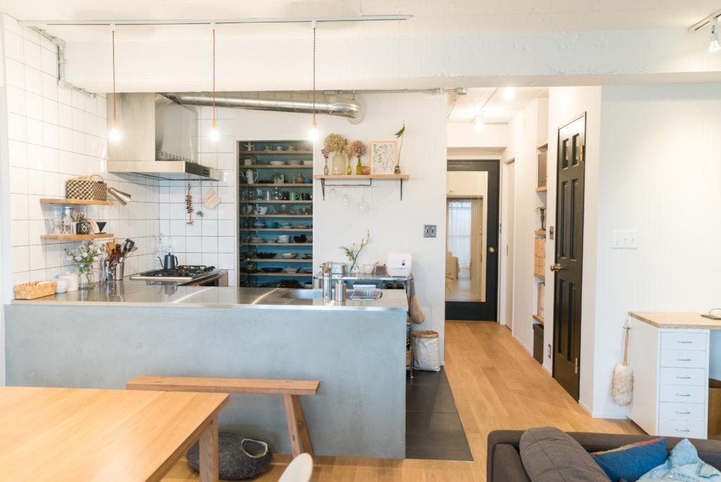オープンレイアウトのL型キッチン