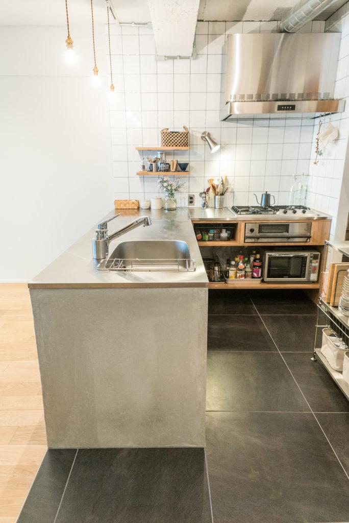 対面配置のL型キッチン