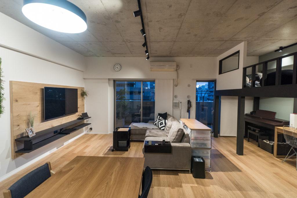 スケルトン天井の開放的なリビング